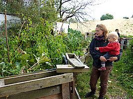 Fiete mit Mutter im Kräutergarten (Foto Chris Baudy)