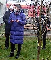 Vorne: Schulleiterin Kirsten Wimpert. Im Hintergrund stellvertretender Schulleiter Thomas Poggensee (Foto Gisela Baudy)