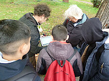 Erklärung des Baumkatasters vor Ort (Foto Gisela Baudy)