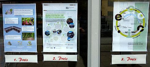 Siegerplakate im Schaufenster des HARBURG21-Büros (Foto Gisela Baudy)
