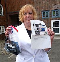 Dr. Regina Marek mit dem Bausatz (Foto: Gisela Baudy)