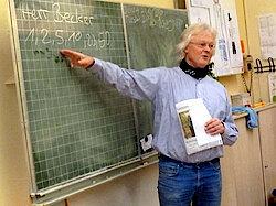 Jürgen Becker an der Tafel (Foto Gisela Baudy)