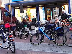 Passanten kommen mit eigenen Fahrrädern (Foto Christian Baudy)