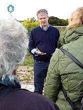 Bernhard von Ehren bei der Begrüßung im Klimahain (Foto Gisela Baudy)