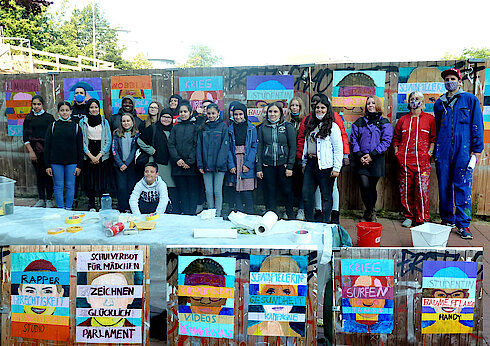 Schüler*innen der Goethe Schule Harburg mit Lehrerin Anne Bettaque und Various & Gould (rechts) (Foto und Collage Gisela Baudy)
