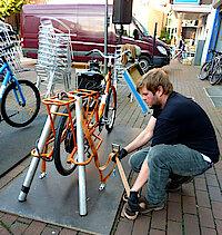 Tom Hansen justiert die Fahrräder. (Foto Gisela Baudy)