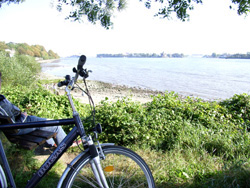 the River Elbe, bicycle in the foreground (photo by Gisela Baudy)