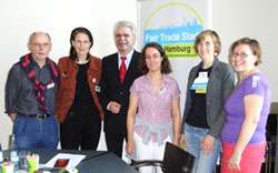 VeranstalterInnen mit Manfred Schulz. Von links nach rechts: Bernd Kähler (Weltladen Harburg), Gisela Baudy (HARBURG21), Manfred Schulz, Birgit Podendorf (Weltladen Harburg), Lisa Speck (Fair Trade Stadt Hamburg), Antje Kurz (Neugraben fairändern). (Foto Chris Baudy)