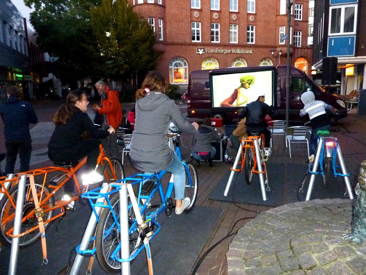 Sportlicher Einsatz für das gemeinsame Kinoerlebnis. Foto: Gisela Baudy / Harburg21